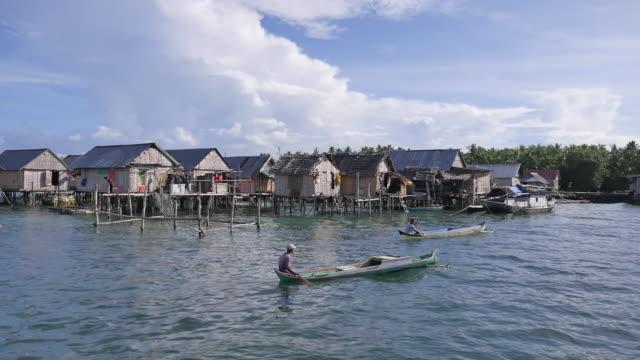 vídeos y material grabado en eventos de stock de bajo tribe in wakatobi, sulawesi indonesia. - cultura indonesia
