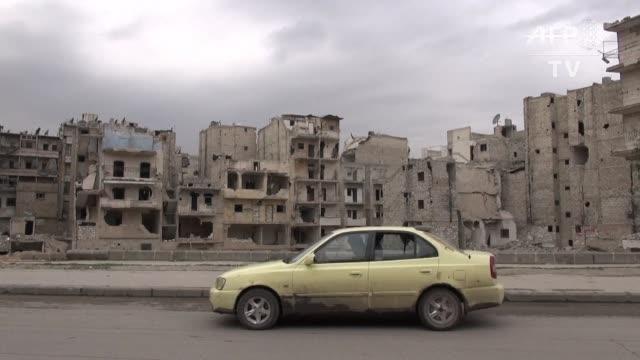 Bajo un cielo sin bombas ni aviones de combate los taxistas de Alepo la segunda ciudad de Siria esperan que la fragil tregua les permita ganar algo...