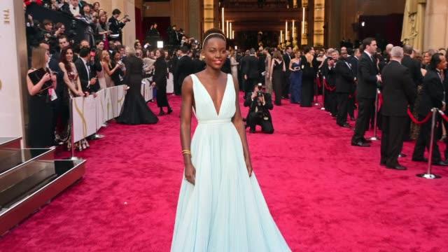 Bajo un inusual cielo gris en Hollywood las estrellas del cine desfilaron este domingo por la alfombra roja de los premios Oscar VOICED Estrellas...