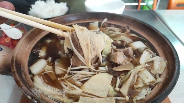vídeos de stock e filmes b-roll de bak kut teh, food local food in malaysia. - pimenteiro de mesa