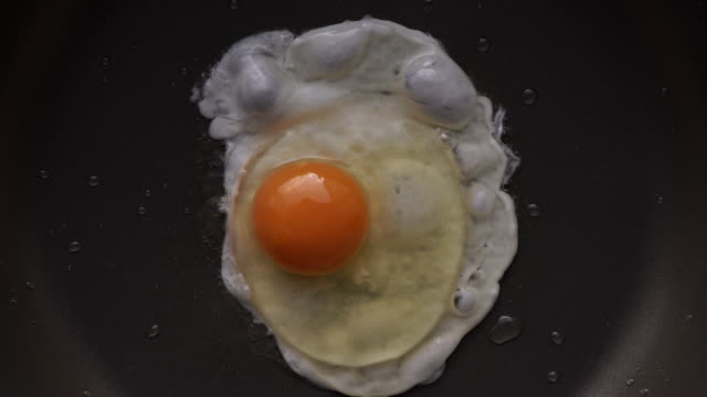 bake a fried egg in a frying pan - frying pan stock videos & royalty-free footage