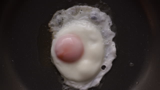 Bake a fried egg in a frying pan