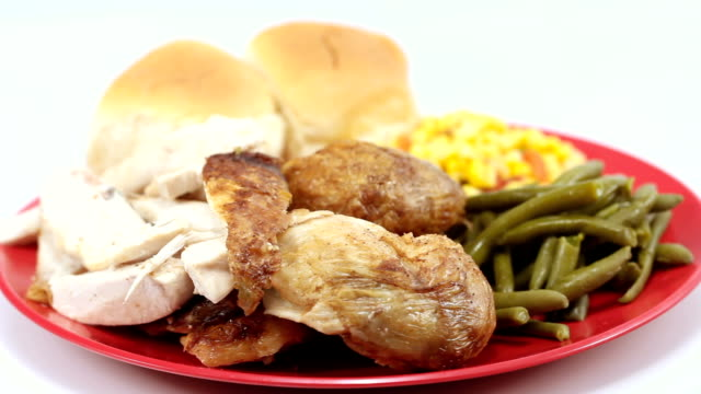 stockvideo's en b-roll-footage met gebakken kip met groenten verguld en rolt. juiste rotatie breed schot. - sperzieboon