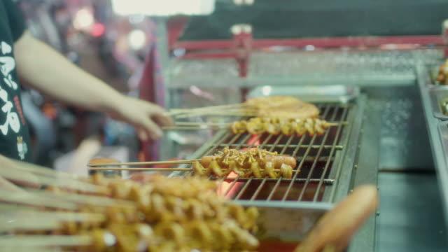 gebackenes gluten bei nacht marke - straßenverkäufer stock-videos und b-roll-filmmaterial