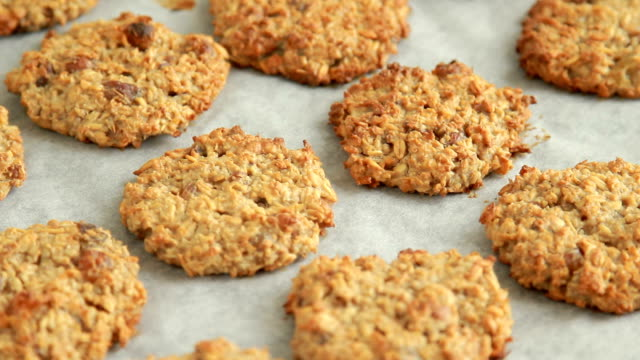 stockvideo's en b-roll-footage met baked oatmeal cookies - rozijn