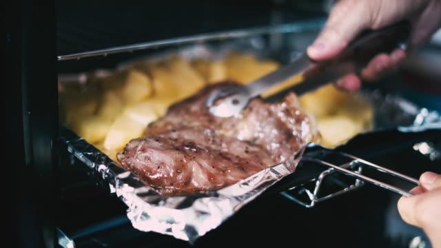 vídeos y material grabado en eventos de stock de bistec de cerdo al horno al horno - al horno