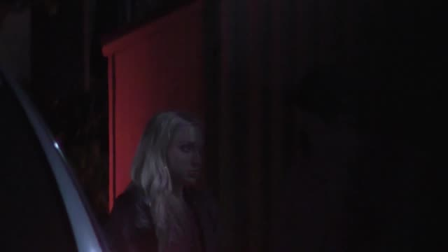 baker mayfield argues with girlfriend outside delilah in west hollywood at celebrity sightings in los angeles on february 09 2019 in los angeles... - セレブリティの日常シーン点の映像素材/bロール
