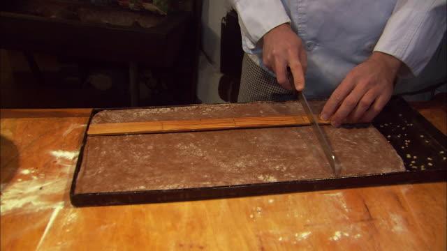vídeos y material grabado en eventos de stock de ms baker measuring and cutting gingerbread (lebkuchen) / nuremberg, bavaria, germany - un solo hombre de mediana edad