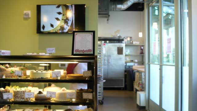 vídeos de stock e filmes b-roll de baker presenting a cake to camera - cristaleira