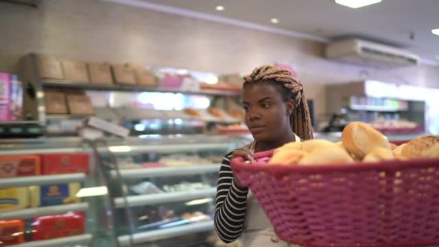 vídeos y material grabado en eventos de stock de baker caminando llevando una cesta llena de pan fresco - preparación de alimentos