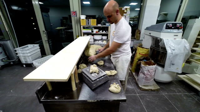 Panettiere lavora su pane Impasto per il pane