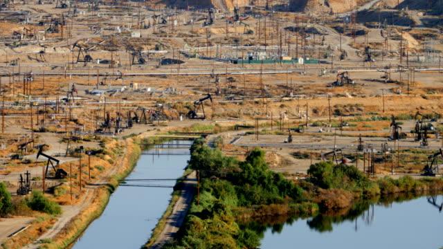 vídeos de stock, filmes e b-roll de campos petrolíferos de bakersfield, ca - poço de petróleo