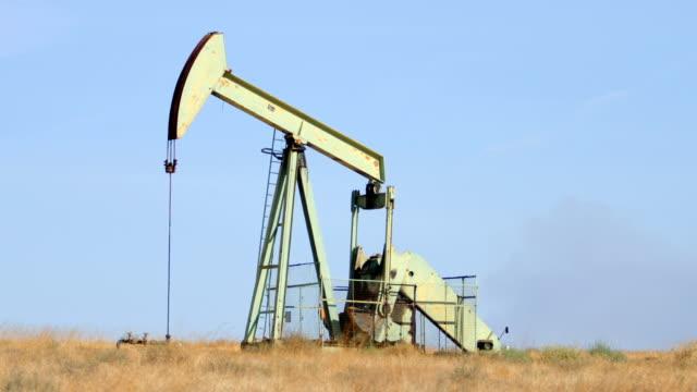 bakersfield, ca oilfields - trivella petrolifera video stock e b–roll