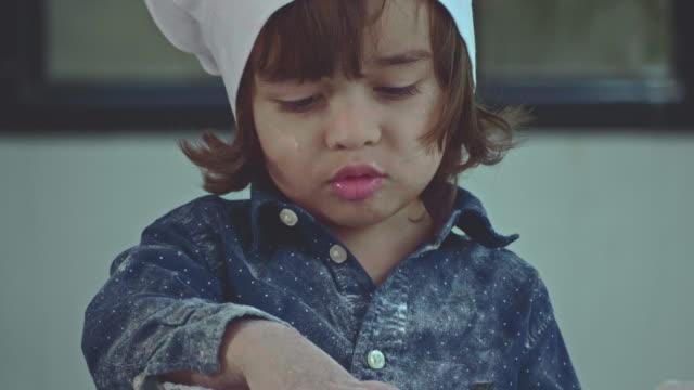 vídeos de stock, filmes e b-roll de padaria e garoto - só um bebê menino