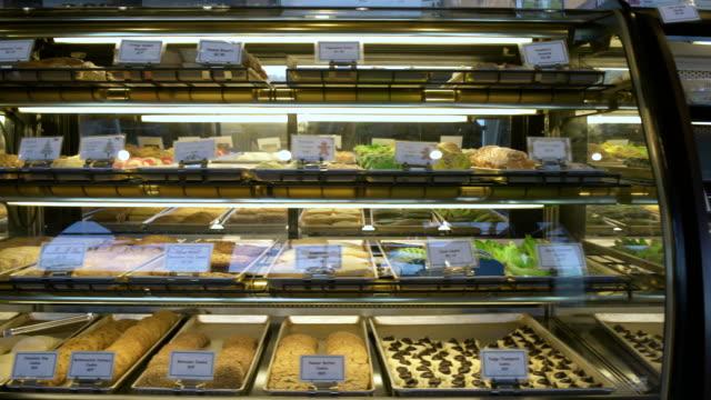 vídeos de stock e filmes b-roll de bakery products in a display case - cristaleira