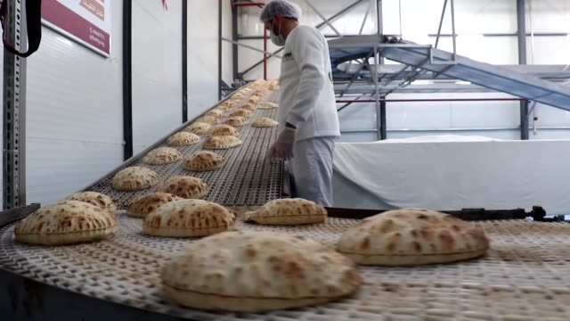 a bakery run by turkey's ihh humanitarian relief foundation produces 65 thousand loaves of bread daily for distribution to evacuated aleppo residents... - hatay stock videos & royalty-free footage