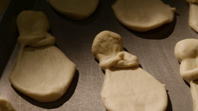 vídeos de stock e filmes b-roll de baking bread for celebrating day of the dead in patzcuaro, janitzio island in michoacan state - pão
