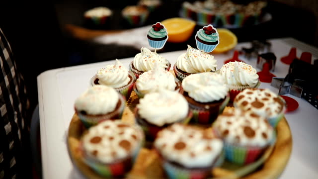 stockvideo's en b-roll-footage met bakken chocolade cupcake, chocolade muffins bakken - plateau keukengereedschap
