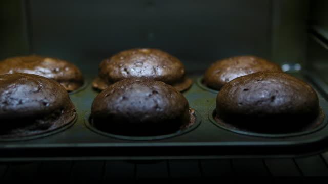 ベーキングチョコレートマフィン:コンセプト - 盛り付け点の映像素材/bロール