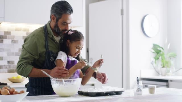 vídeos de stock e filmes b-roll de baking cookies to make mom's day - fazer doces