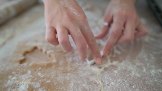 vídeos de stock e filmes b-roll de baking cookies - moldar