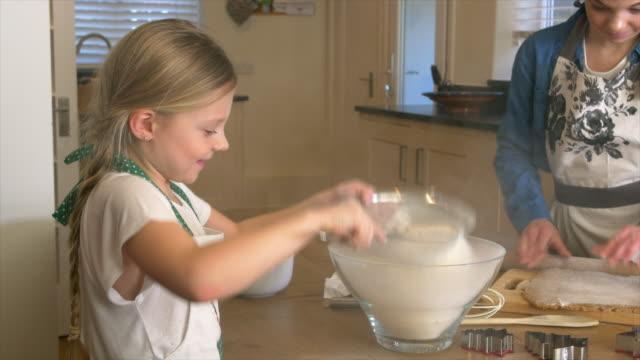 baking in kitchen - 12 13 år bildbanksvideor och videomaterial från bakom kulisserna