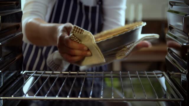 Kürbiskuchen backen für den Urlaub in den Ofen - 4 k Video