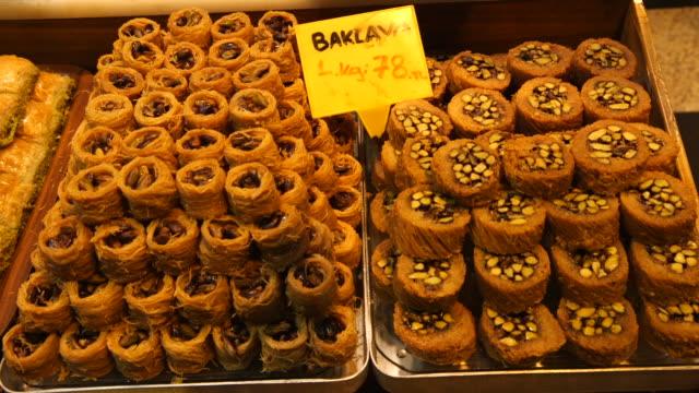 vídeos de stock e filmes b-roll de baklava in market in turkey - wiese