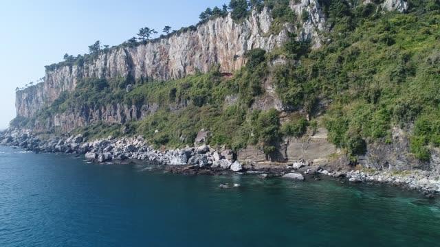 vídeos de stock, filmes e b-roll de baksugijeong coastal cliff / seogwipo-si, jeju-do, south korea - paredão rochoso