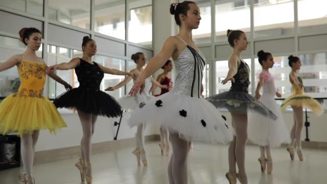 ausgewogenheit und eleganz - auf den zehenspitzen stock-videos und b-roll-filmmaterial
