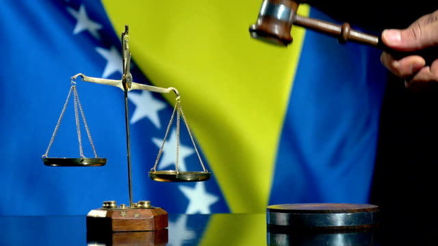ボスニア・ヘルツェゴビナ国旗とのバランスとガヴェル - ボスニア・ヘルツェゴビナ点の映像素材/bロール