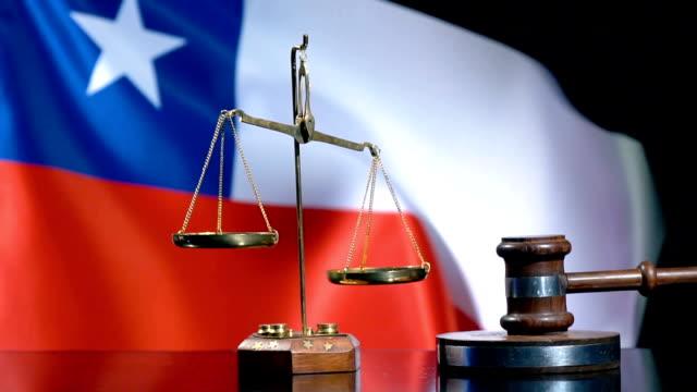 vídeos y material grabado en eventos de stock de balance y gavel con bandera chilena - derecho