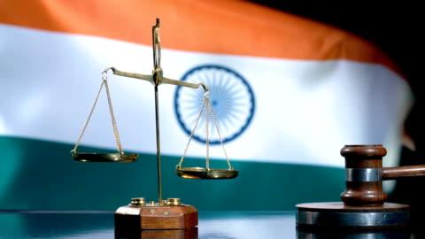 balance und gavel mit indischer flagge - law stock-videos und b-roll-filmmaterial
