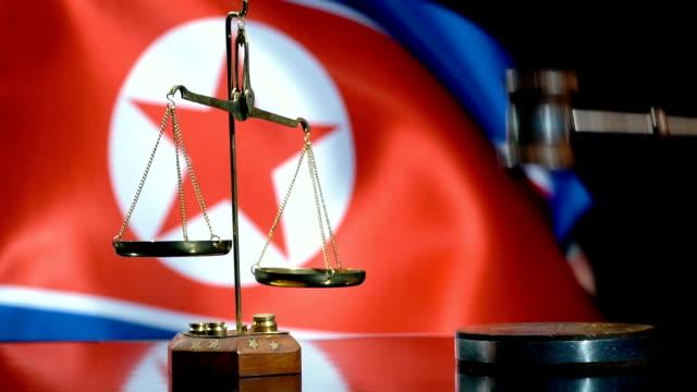 北朝鮮の国旗とのバランスとガヴェル - 裁判所点の映像素材/bロール