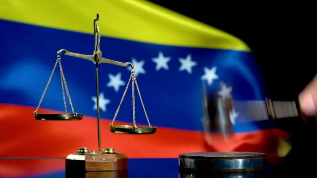 ベネズエラ国旗とのバランスとガヴェル - 政治と行政点の映像素材/bロール
