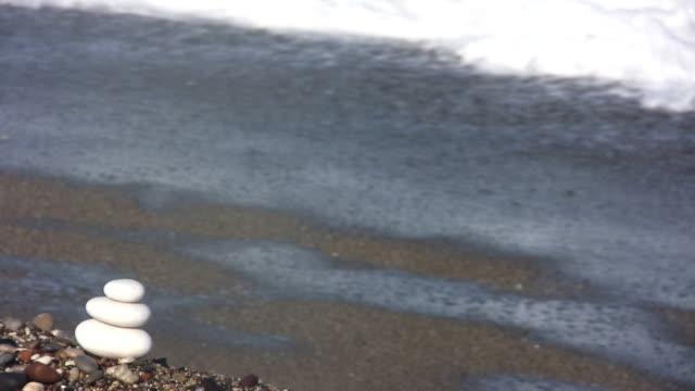vídeos de stock, filmes e b-roll de equilíbrio (hd - coluna de calcário marítimo