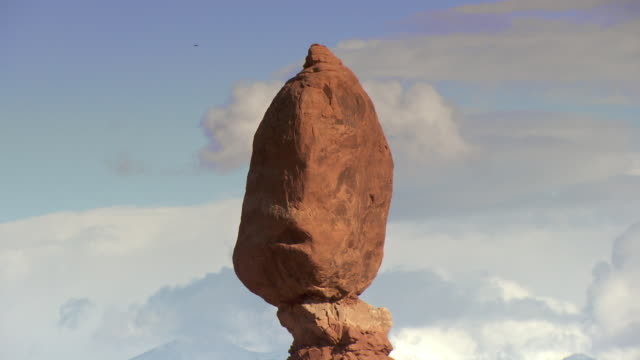Balanced Rock - zoom out from close-up