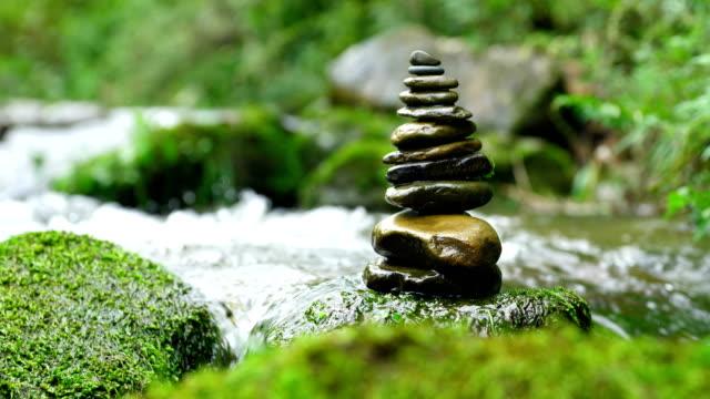 vidéos et rushes de pierre équilibré par flux - image dépouillée