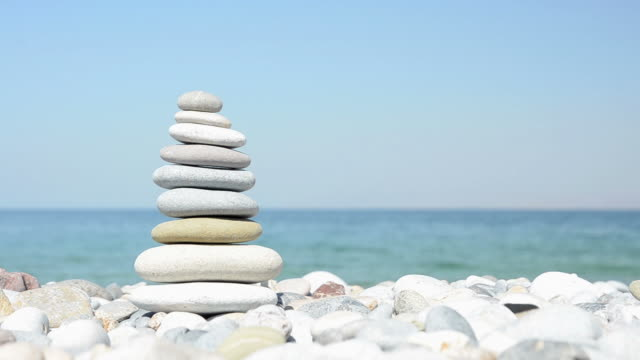 ausgewogenen steine auf pebble beach - gestapelt stock-videos und b-roll-filmmaterial