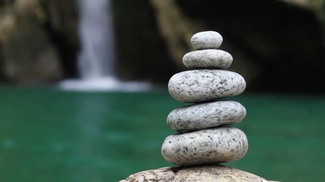 vidéos et rushes de cascade de pierres équilibrée sur le plan - groupe moyen d'objets