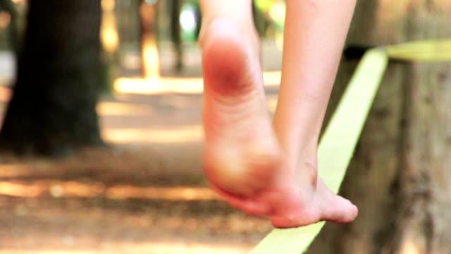 Balancing barfuß auf der Slackline