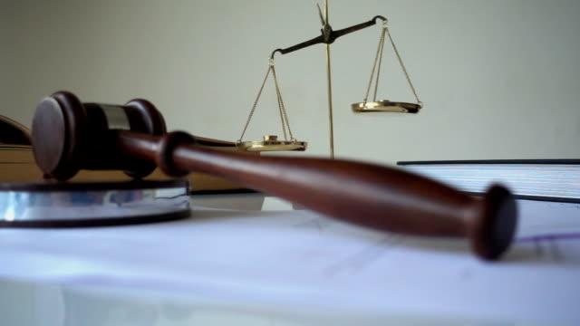 vídeos de stock, filmes e b-roll de equilibrar a balança da justiça - lawsuit