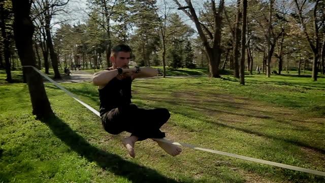 bilanciamento del peso sulla corda,abilità incredibile - acrobata video stock e b–roll