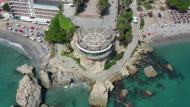 vidéos et rushes de balcon de europa plaza scenery / nerja, malaga, spain - arbre tropical