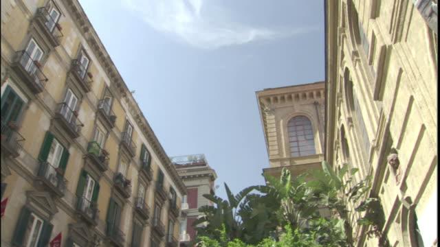balconies adorn each window on a large apartment building. - ナポリ点の映像素材/bロール