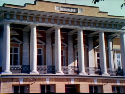 vidéos et rushes de balcony & pillars of on the university building; sign, abo akademi designating the school for swedish speaking students. - style néoclassique