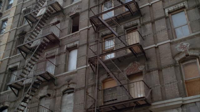 vidéos et rushes de cu, la balcony on abandoned brick apartment building, usa - délabré