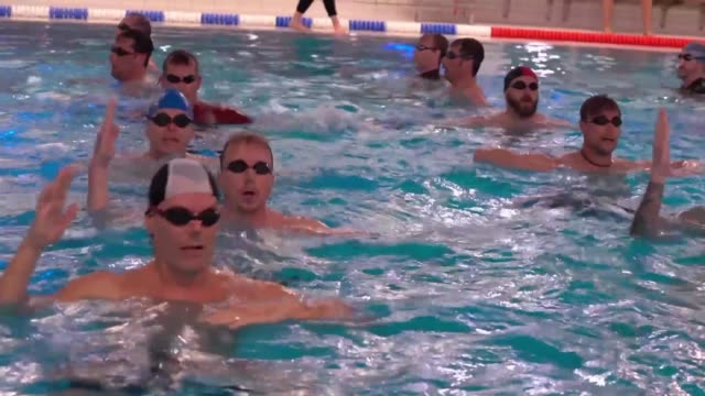vídeos de stock, filmes e b-roll de balding paunchy and unshaven this group of stockholm friends in their 40s are making waves they're pioneers of men's team synchronised swimming... - pirouette