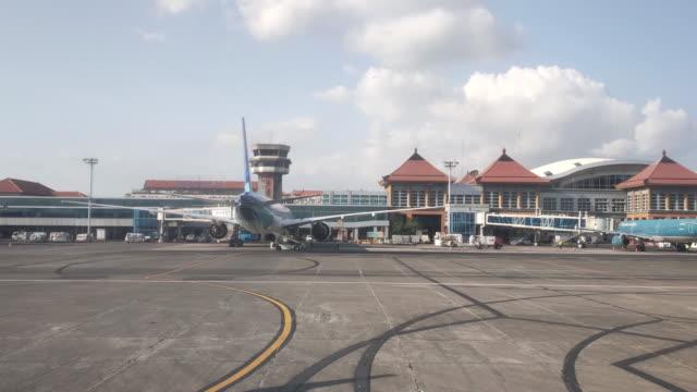 vidéos et rushes de bali ngurah rai international airport. - bali