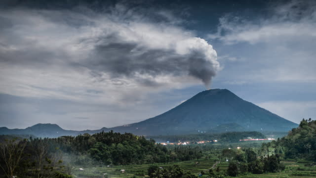 bali, timelapse of mount agung volcano discharging volcanic ash during eruptive stage - indonesia stock-videos und b-roll-filmmaterial